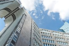 Free Grey Concrete High Rise Building Under Blue Sky Royalty Free Stock Photography - 109888127