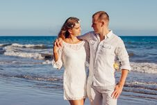 Free Couple Looking At Each Other Beside Beach Stock Photo - 109888830