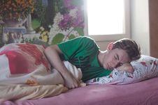 Free Man Wearing Green Printed Crew-neck Shirt While Sleeping Royalty Free Stock Images - 109891649