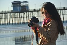 Free Selective Focus Photography Of Woman Holding Her Camera Near Seashore Stock Photography - 109904072