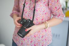 Free Female Photographer Holding A Dslr Camera Royalty Free Stock Photography - 109907317