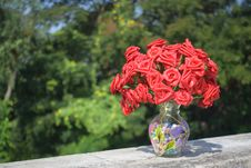 Free Artificial Roses In Clear Glass Vase On Concrete Surface Stock Photo - 109907440