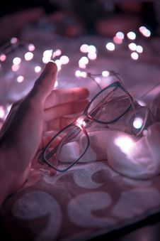 Free Black Frame Eyeglasses And White String Lights In White Textile Royalty Free Stock Photography - 109908047