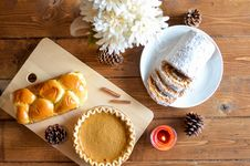 Free Brown Pastry And Cupcake In Chopping Board Royalty Free Stock Image - 109908376