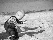 Free Grayscale Photography Of Toddler On Beach Sand Royalty Free Stock Photo - 109908745