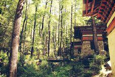 Free House Near Trees With Bridge Photo Stock Photography - 109909282