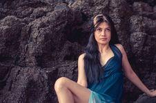 Free Woman Wearing Blue Sleeveless Dress Royalty Free Stock Images - 109909719