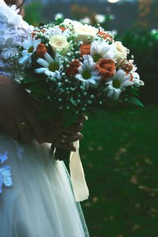 Free Bride Holding Bridal Bouquet Stock Image - 109909921