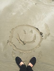 Free Smiley Drawing On Sand Royalty Free Stock Photo - 109910665