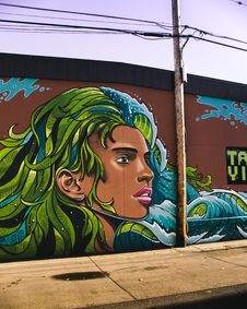 Free Woman With Blue And Green Haired Wall Painting Royalty Free Stock Photography - 109910817