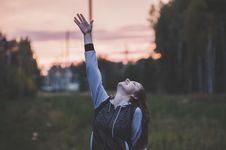 Free Woman In Gray And Black Zip-up Hoodie Raising Her Right Hand Royalty Free Stock Photos - 109910878