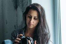 Free Woman Holding Nikon Dslr Camera Stock Image - 109910901
