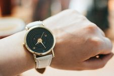 Free Round Gold-colored Black Analog Watch With Grey Leather Band Royalty Free Stock Photography - 109910947