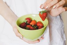 Free Strawberries On Green Bowl Royalty Free Stock Photography - 109911027