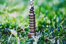 Free Leaning Tower Of Pisa Pendant On Green Grass At Daytime Royalty Free Stock Photo - 109911185