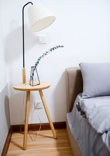 Free White Shade Table Lamp Near Bed Stock Photography - 109911552