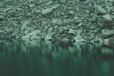 Free Rocks Near Calm Body Of Water Royalty Free Stock Photo - 109911645
