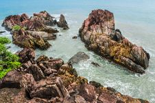 Free Brown Rock Formations Beside Ocean Stock Photo - 109911880