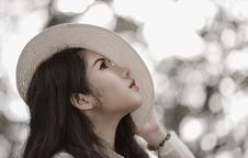 Free Woman Wearing White Hat See In The Sky Royalty Free Stock Photography - 109911907