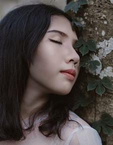 Free Woman Closing Her Eyes Beside Green Vine Plant Royalty Free Stock Photos - 109911998