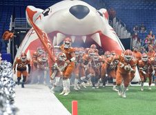 Free Football Team Running Thru Football Field Royalty Free Stock Images - 109912379