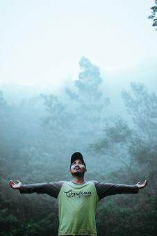 Free Man Wearing Black And Green Long Sleeve Shirt And Cap Royalty Free Stock Photo - 109913125