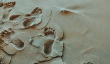 Free Person Foot Prints On Sands Photo Royalty Free Stock Images - 109913189