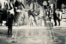 Free Black And White Photo Of Fountain And People Stock Photography - 109913262
