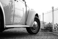 Free White Volkswagen Beetle Near White Metal Fence Stock Photos - 109913313