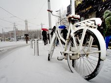 Free White City Bike Cover With Snow Stock Images - 109913344