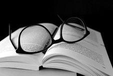 Free Black Framed Wayfarer Eyeglasses On Book Royalty Free Stock Photos - 109913588