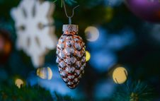 Free Amber Glass Pine Cone Ornament Stock Images - 109913594