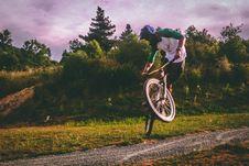 Free Man In White And Green Raglan Elbow-sleeved Shirt Biking At Daytime Royalty Free Stock Photo - 109913755