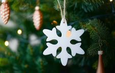 Free White Snow Flake Hanging On Christmas Tree Stock Photos - 109913853