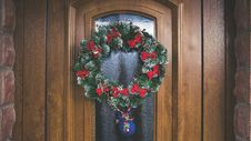Free Green And Red Christmas Wreath On Door Royalty Free Stock Photos - 109913868