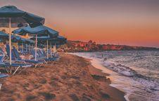 Free House And Parasols Near Beach Royalty Free Stock Photos - 109914098