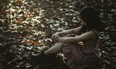 Free Photo Of A Woman Sitting On The Ground Covered With Dried Leaves Royalty Free Stock Photo - 109914515