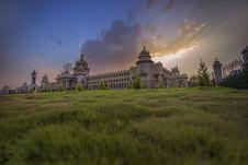 Free Buckingham Palace With Sun Rays Royalty Free Stock Photos - 109914738