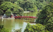 Free Aerial Photography Of People Crossing Bridge Over Body Of Water Royalty Free Stock Photo - 109914835