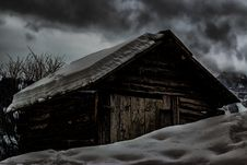 Free Cabin Covered By Snow Stock Photography - 109914902