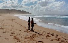 Free Two Children Stands On Shore Near Ocean At Daytime Stock Photography - 109914922