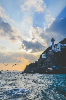 Free White Lighthouse Near Body Of Water Royalty Free Stock Image - 109915076
