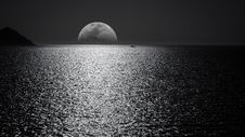 Free White And Black Moon With Black Skies And Body Of Water Photography During Night Time Royalty Free Stock Photo - 109915095