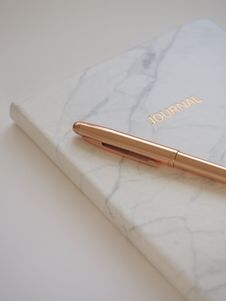 Free Gold Pen On Journal Book Stock Images - 109915444