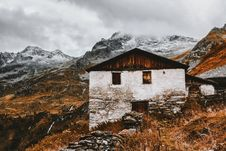 Free White And Brown House Near Snow Capped Mountains Royalty Free Stock Photos - 109915558