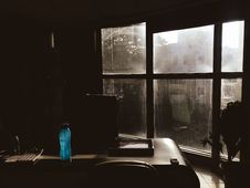 Free Blue Plastic Tumbler On Wooden Table Beside Chair In Room Royalty Free Stock Photos - 109915608