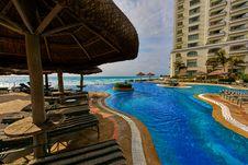 Free Swimming Pool Beside Nipa Hut Royalty Free Stock Photography - 109915617