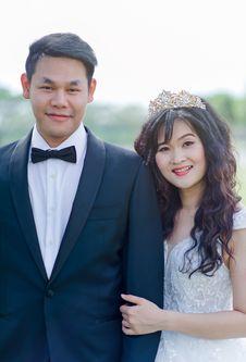 Free Women S White Floral Wedding Dress And Men S Black 1-button Blazer Royalty Free Stock Photos - 109915748