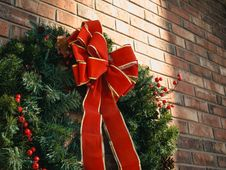 Free Green Christmas Wreath With Red Bow Stock Image - 109915751