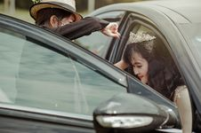 Free Bride Stepping Out Of The Car Royalty Free Stock Photo - 109916045
